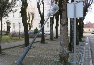 """Nakrivljena"" lampa"