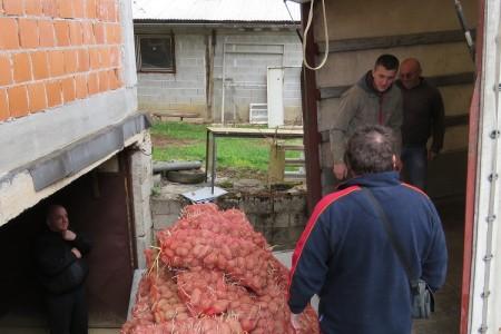 Josip Čorak iz Rastoke Caritasu donirao oko 9 tona krumpira
