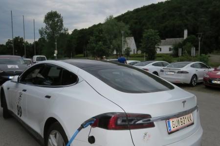 Karavana Tesla vozila danas svratila u svoje svetište, Teslinu rodnu kuću