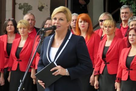 Danas će radni dan predsjednica Kolinda Grabar Kitarović započeti posjetom Širokoj Kuli, mjestu velike hrvatske žrtve i patnje u domovinskom ratu