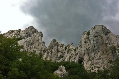 Gospićki gorski spašavatelji provode složenu operaciju spašavanja tri ozlijeđena planinara