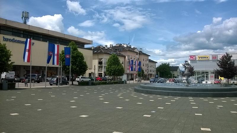 Glavni Trg U Lickoj Metropoli Ukrasen Novim Zastavama Lika Express
