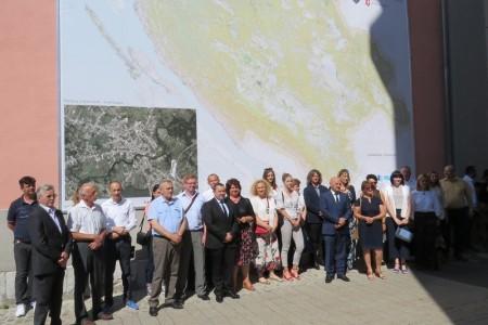 LIJEP POKLON ZA DAN GRADA: U Gospiću, na 42 kvadratna metra,  postavljen veliki kartozid Ličko-senjske županije!!!