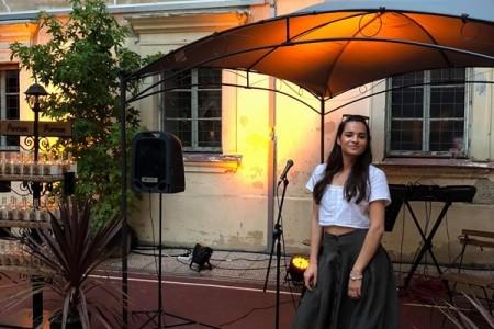 """Karla Krmpotić, Gospićanka, dio  hrvatske glazbe poručuje: """"Okruži se boljim ljudima nego što si ti i jedino tada ćeš moći rasti""""!!!."""