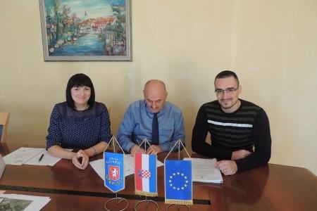 Grad Gospić potpisao  još jedan vrijedan ugovor o dodjeli bespovratnih sredstava. Za energetsku obnovu škole u Ličkom Osiku vrijednu oko 5 milijuna kuna, dvije petine daje EU, ostatak Grad Gospić