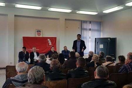 Predsjednik SDP-a Davor Bernardić razgovarao s mještanima Donjeg Lapca o poljoprivredi