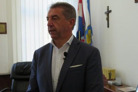 Župan Darko Milinović očekuje da će problem s grijanjem u gospićkim srednjim školama biti riješen već sutra. Živi bili pa vidjeli!