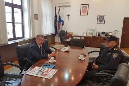"""SKANDALOZNO: dok cijeli Gospić bruji o migrantima na brojnim lokacijama,  župan i šef policije naslikavaju se na sastanku u kabinetu župana i kažu """"sve je OK""""!!!"""
