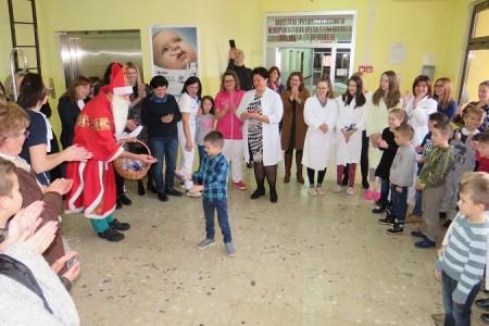Lijepe slike na svetoga Nikolu, učenici iz Klanca i Pazarišta opet obradovali sve na Dječjem odjelu gospićke bolnice!!!