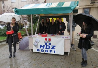 """Ni uporna i dosadna kiša nije omela Mladež HDZ-a Gospića u darivanju građana. Kažu """"nismo svrha sami sebi, ovdje smo da pomažemo svojoj lokalnoj zajednici""""!!!"""
