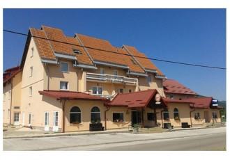 Policija javlja da je planulo krovište hotela Mirni kutak u Otočcu