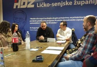 Na sjednici s gospićkom Mladeži HDZ-a i Mario Kapulica, predsjednik Zajednice utemeljitelja stranke na nacionalnoj razini