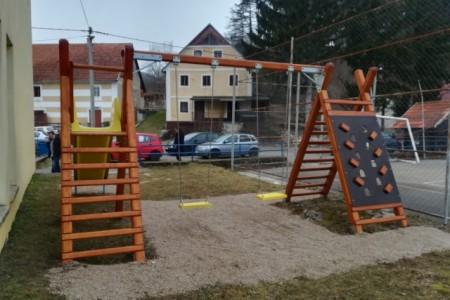 """Donacijom udruge """"Je mi mladi"""" montirana sprava kod škole u Kosinju"""