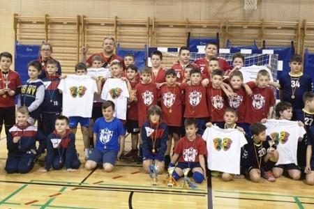 """Rukometaši Rukometnog kluba """"Gospić"""" osvojili zlatne medalje u sve tri kategorije dječaka"""