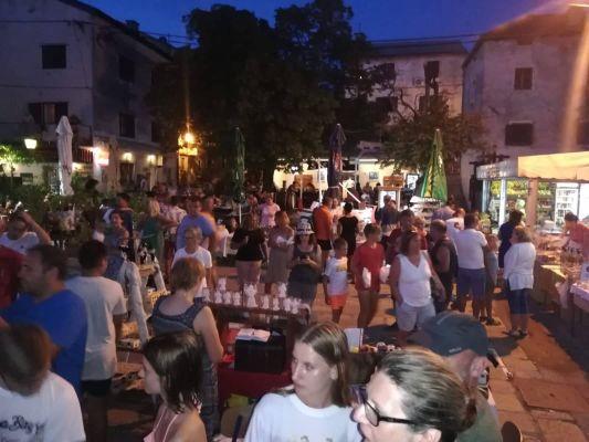 Bogata ponuda Ličke seljačke tržnice oduševila posjetitelje