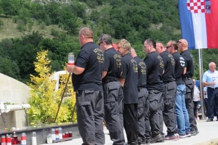 Vijenci i svijeće u spomen na sve poginule u oslobodilačkoj vojno-redarstvenoj operaciji Oluja
