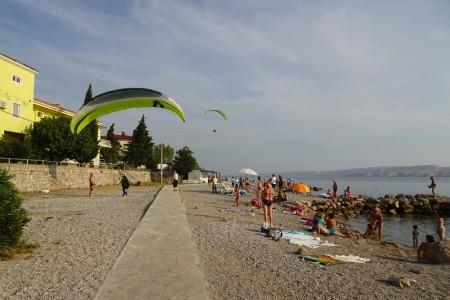 """Održano revijalno precizno slijetanje parajedrilicom (paragliderom) """"Basača – Karlobag 2019.""""."""