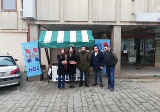 Mladež HDZ-a u Gospiću na sv.Nikolu darivala sugrađane