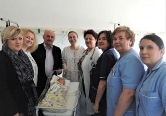 Gradonačelnik Karlo Starčević posjetio i darivao malenu Ivu, prvu Gospićanku rođenu u ovoj godini
