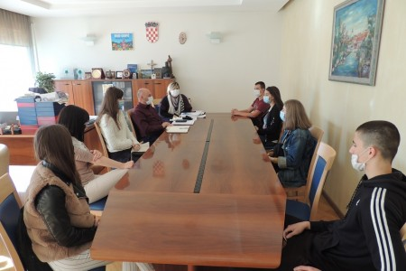 Stipendisti na sastanku kod gradonačelnika Karla Starčevića