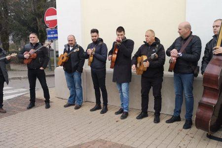 PREDIVNO: Združeni orkestar Like ispratio neponovljivog Kiću!!!!