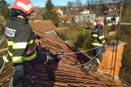 HEROJI: lički vatrogasci saniraju objekte na potresom pogođenom području, dvojica su ozlijeđena