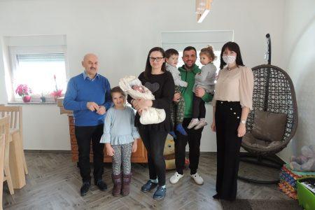 Gradonačelnik Karlo Starčević posjetio malenu Anu, prvu bebu rođenu u ovoj godini na području grada Gospića