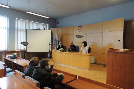 LIJEPO: Gradonačelnik Karlo Starčević potpisao  gradske stipendije s učenicima i studentima