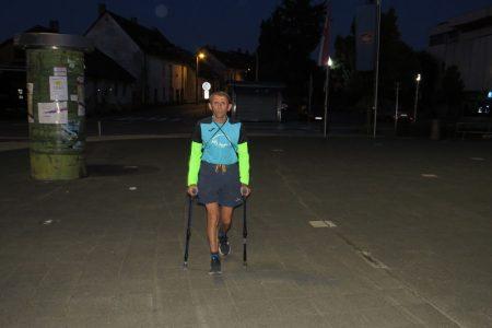 BRAVO: Jutros u 6 sati na maraton do Karlobaga krenuo je trkač na štakama Joso Hećimović