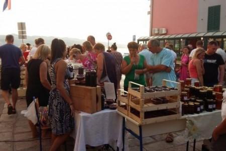 I druga Lička seljačka tržnica u Karlobagu pokazala se kao puni uspjeh