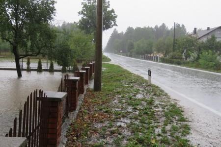 Lijepa naša Hrvatska:Iako ti je dvorište poplavljeno nemoš ništa jer stup mora biti tu gdje jest!!!