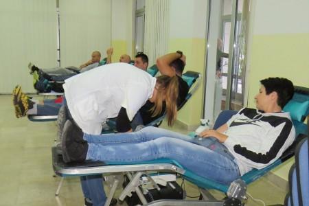 Dan je dobrovoljnih darivatelja krvi. Svim darivateljima ovaj dan čestitaju gospićki Crveni križ i portal Lika-express