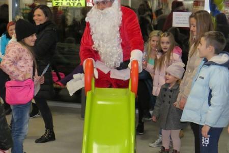 Djed Božićnjak došao u Gospić, doći će i sutra od 16 do 19 sati!!!