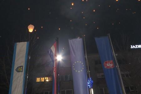 Neka nas večerašnja svjetlost iznad Gospića uputi na to da živimo u gradu bez podjela!!!