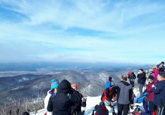 Otočki planinari iz društva Gromovača na zimskom usponu na Viševicu