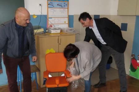 Gradonačelnik Karlo Starčević uručio donaciju prvašiću Josipu, učeniku Osnovne škole dr.Franje Tuđmana u Ličkom Osiku