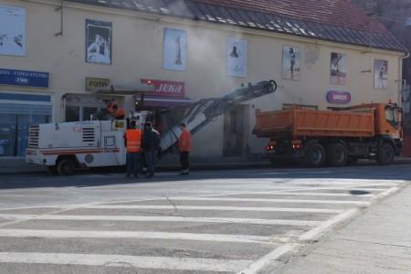 Počeli radovi na prometnici  u strogom centru Gospića  nakon čega će se vratiti stara regulacija prometa