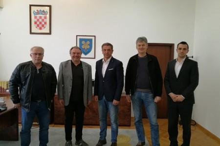 Župan Milinović primio tim koji se brine o glazbenoj karijeri senjskog Pavarottija Mateja Prpića