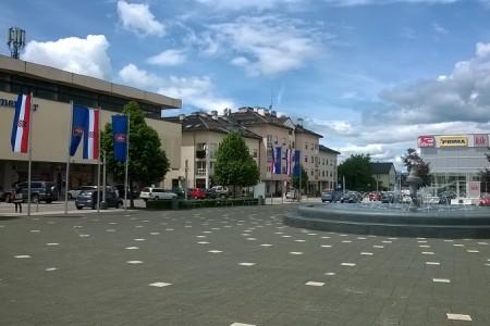 Glavni trg u ličkoj metropoli ukrašen novim zastavama
