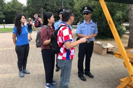 Kineski policajci zajedno s hrvatskim kolegicama na info punktu u NP Plitvička Jezera