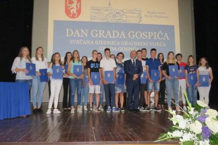 FOTO:najboljim  studentima i učenicima gradonačelnik Karlo Starčević dodijelio pohvalnice