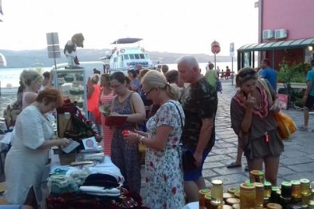 Lička seljačka tržnica privukla domaće i strane posjetitelje