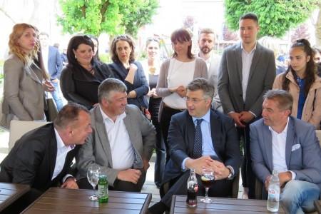 Predsjednik HDZ-a Andrej Plenković u Karlovcu rekao da je HDZ ozbiljna stranka, a Milinovićevo ponašanje pred središnjicom nije niti normalno, niti dobro, niti korisno