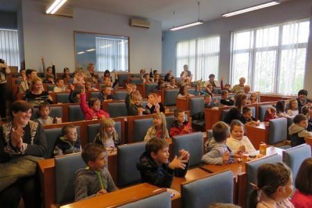 Gospićki vrtićarci i osnovnoškolci posjetili gradsku upravu. Primili ih gradonačelnik Starčević i njegova zamjenica Prša