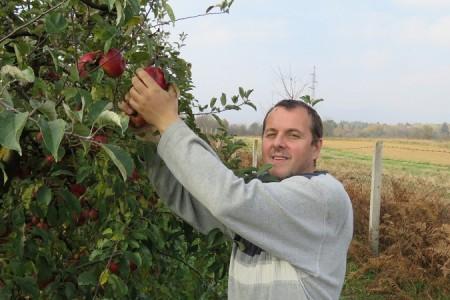 Lijepa priča: Gospićanin Marjan Pavičić proizvest će ove godine 25 tona jabuka i 5 tona meda