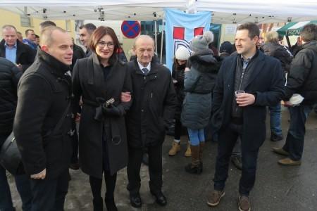 Povjerenstvo HDZ-a Gospić častilo građane bakalarom i kuhanim vinom