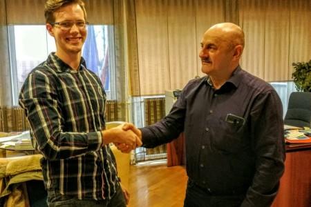 Gradonačelnik Karlo Starčević gradonačelničkom plaćom koje se odrekao stipendira još jednog izvrsnog studenta,  Matea Borovca