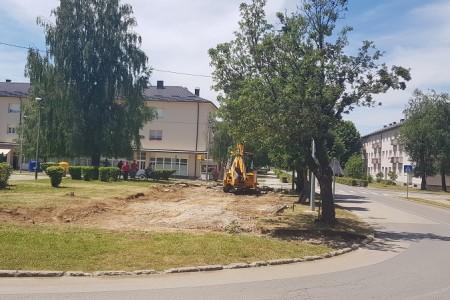 KONAČNO: uređuje se Trg hrvatskih žrtava Široke Kule u Ličkom Osiku. U punom su zamahu i radovi na energetskoj obnovi osičke osnovne škole