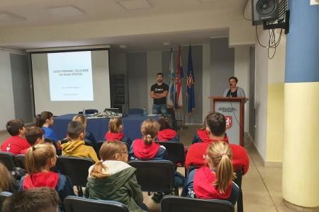 POHVALNO: rukometaši, te njihovi roditelji i treneri na predavanju o važnosti prehrane i treninga