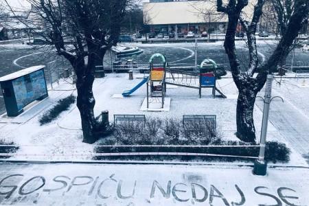 LIJEPO: Snježna poruka podrške Gospiću!